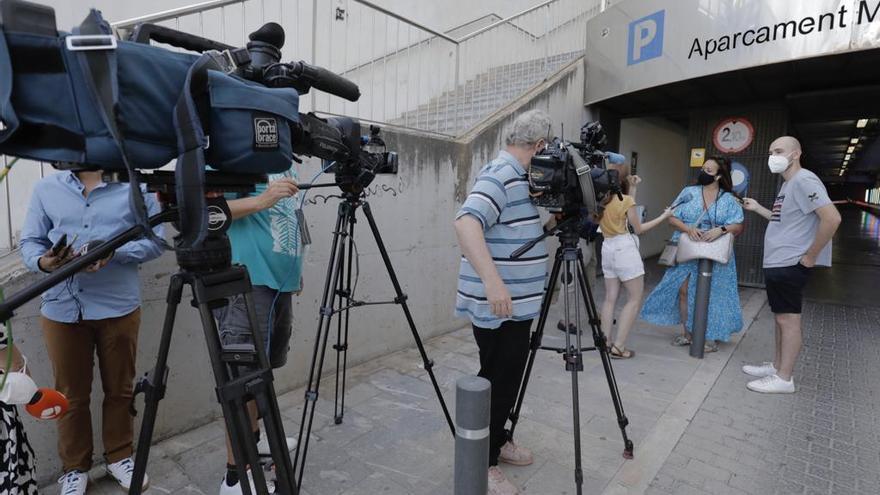 """Una de las madres esperando a la salida de  su hijo del hotel covid : """"Estoy satisfecha porque la gestión ha sido lamentable"""""""