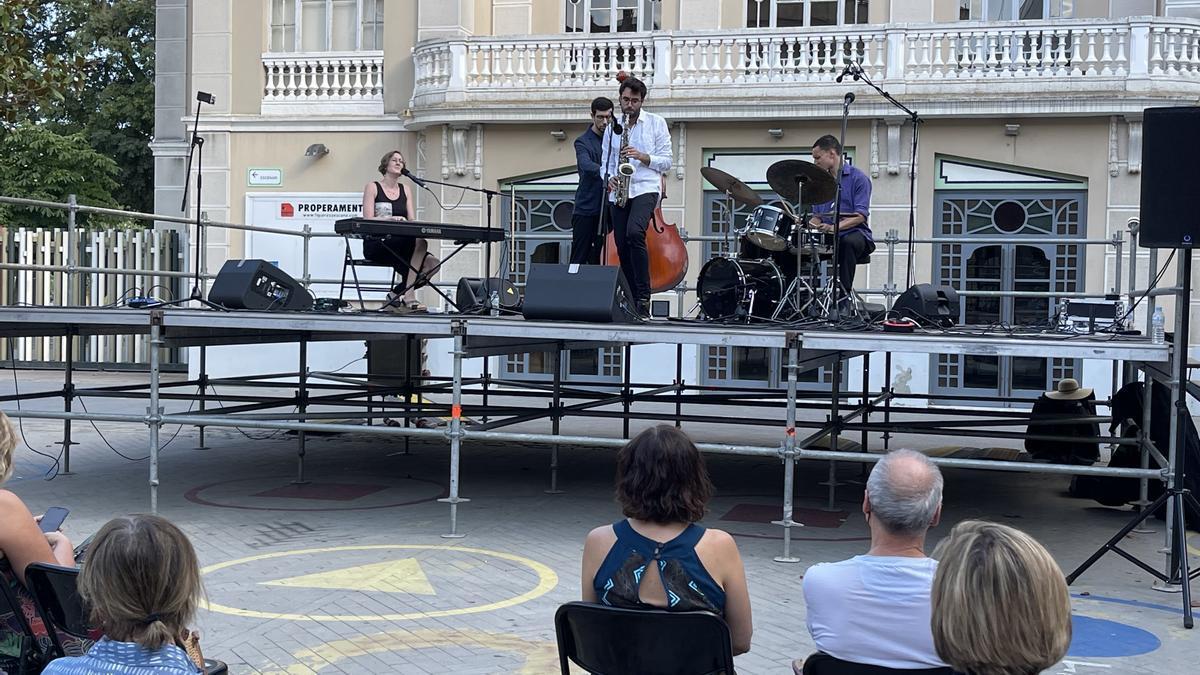 La segona jornada del Festival de Jazz de Figueres va començar a la plaça Josep Pla.