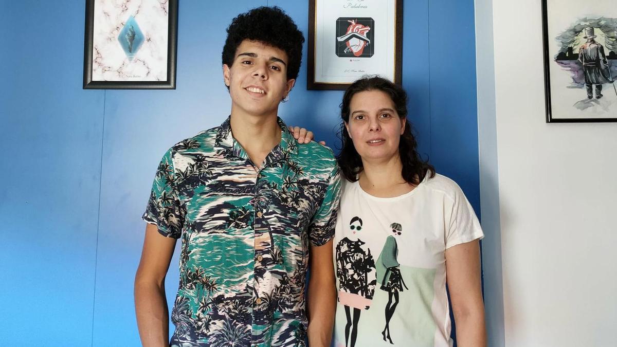 Julio Nora, paciente de FQ y su madre, Estela Rubio.