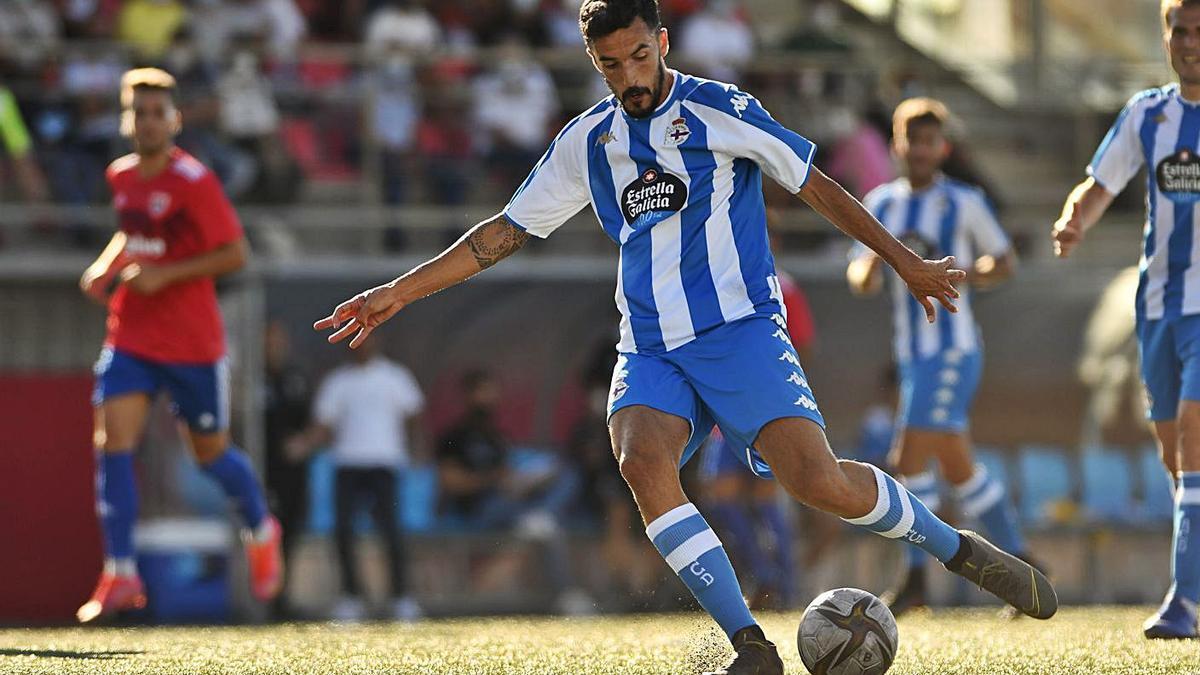 El pichichi Alberto Quiles no falló a su cita con el gol en el amistoso de Carballo.    // RCD