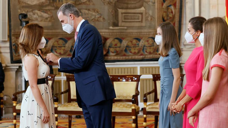 El Rey entrega las medallas al Mérito Civil a los 'héroes' de la pandemia