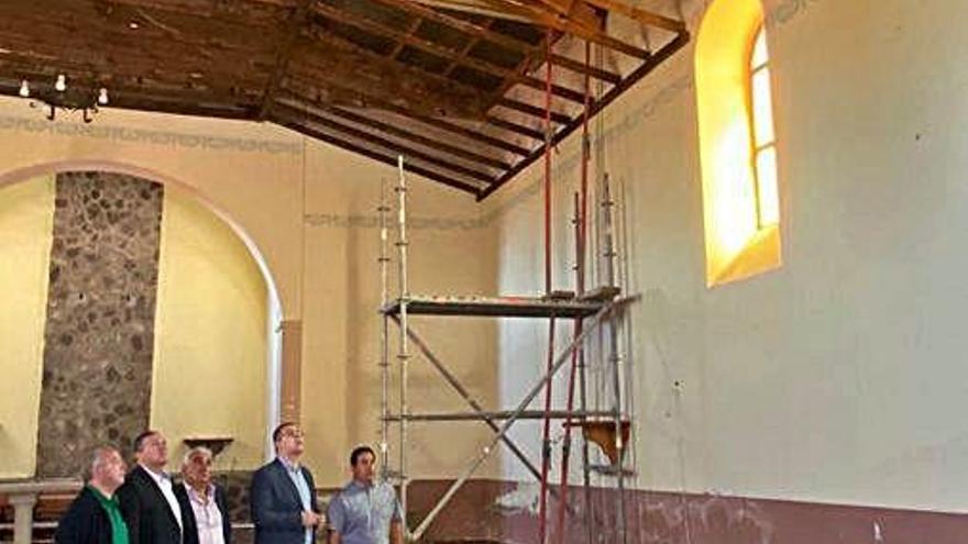Responsables municipales y de la Diputación de Zamora visitan las obras en el templo de Sarracín.