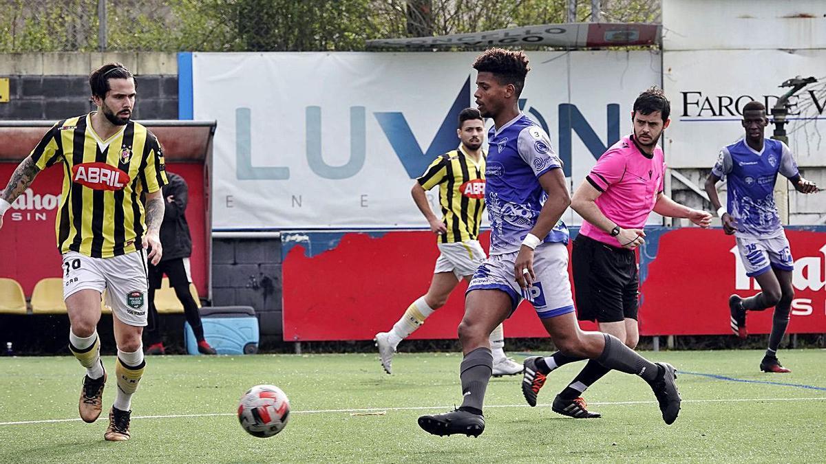 Canhoto, del Rápido de Bouzas, presiona a un jugador del Ourense CF en la primera vuelta. |  //MARTA G. BREA