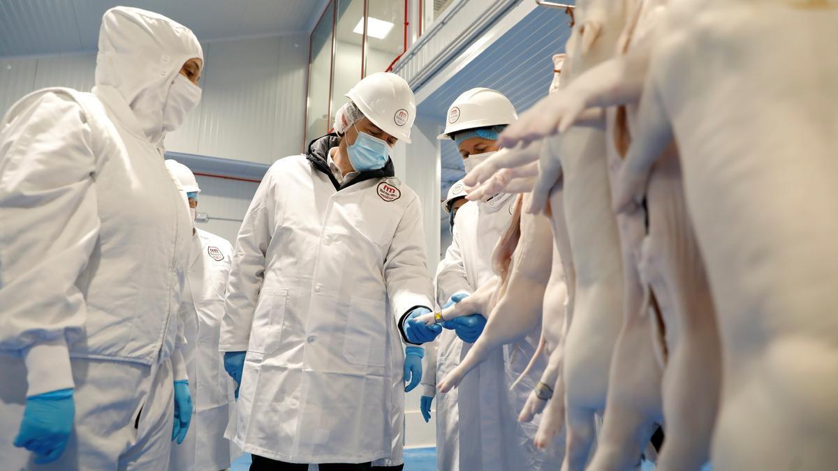 Mañueco, en su visita a las instalaciones de una industria cárnica de Segovia