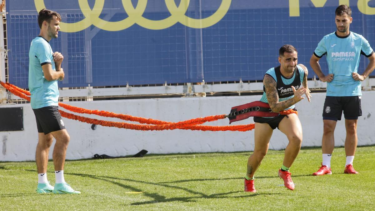 El Villarreal trabaja con intensidad en la Ciudad Deportiva Miralcamp.