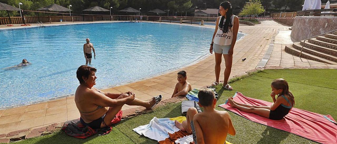 La piscina que ofrece el 'camping' Sierra Calderona de Estivella. | DANIEL TORTAJADA
