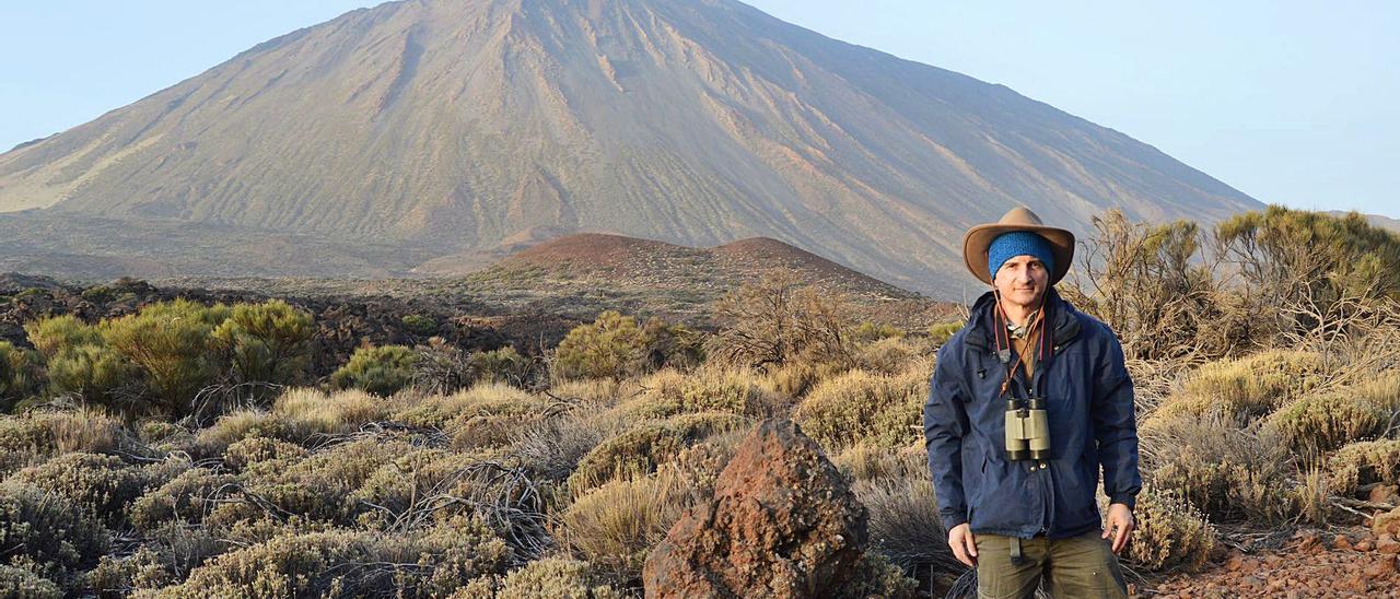 El investigador del Instituto Mixto de Investigación en Biodiversidad (IMIB), Juan Carlos Illera, con el Teide al fondo.