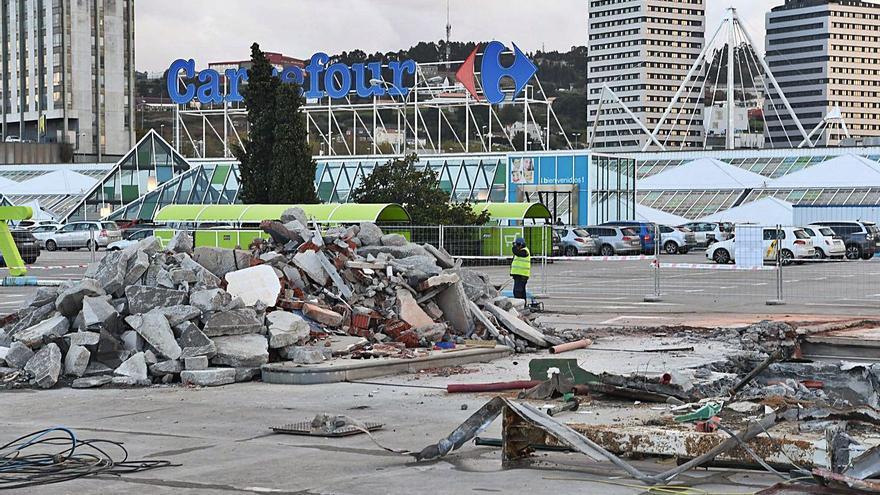 Carrefour exige al Concello que le compense por permitirle la gasolinera que luego debió derribar