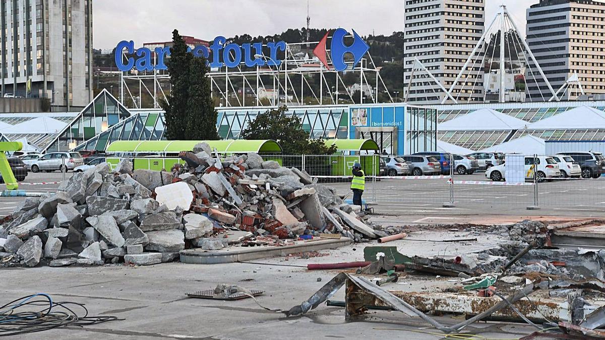 Restos de la gasolinera del Carrefour de Alfonso Molina, durante su desmontaje en 2019.     // VÍCTOR ECHAVE