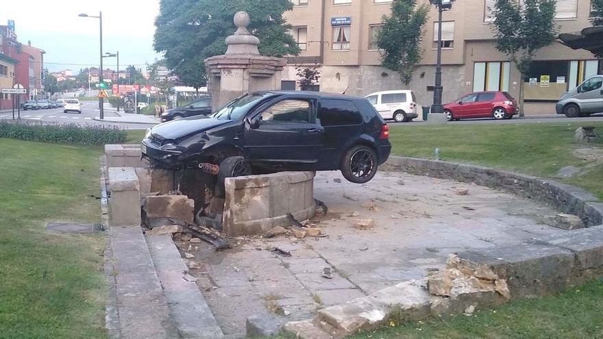 """Piden multa para uno de los """"mayorinos"""" del Angliru por empotrar su coche en la fuente de Cuatro Caños"""
