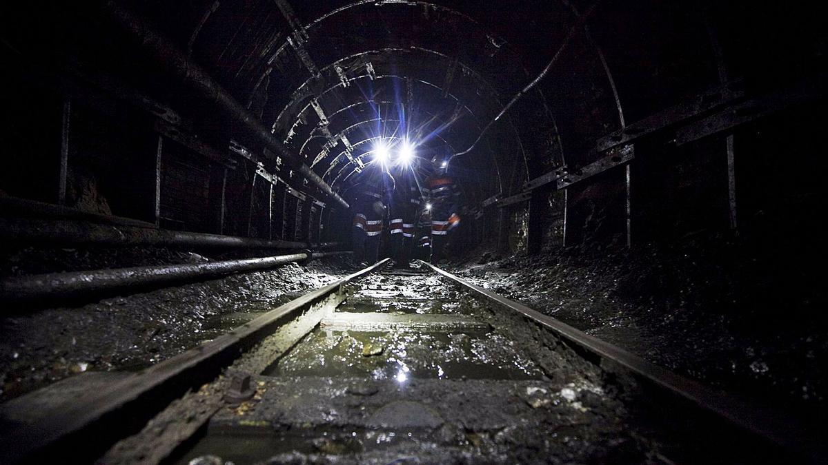Mineros en una galería del pozo Santiago, en Aller. | Miki López
