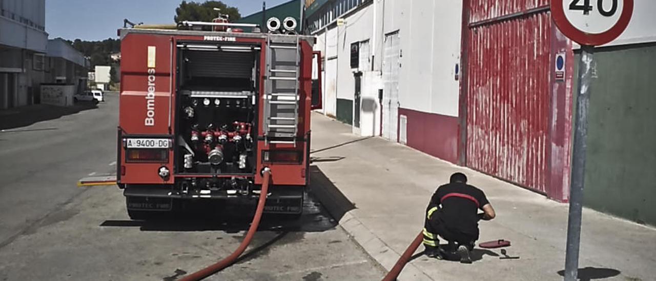 Un camión de bomberos cargando agua en la red del polígono de Els Algars