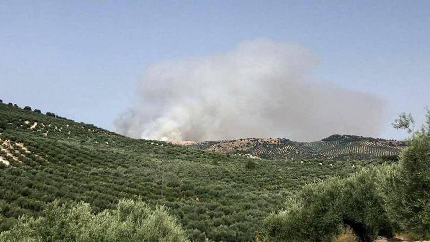 Estabilizado el incendio forestal de Cabra en el que trabajan seis helicópteros y 70 bomberos