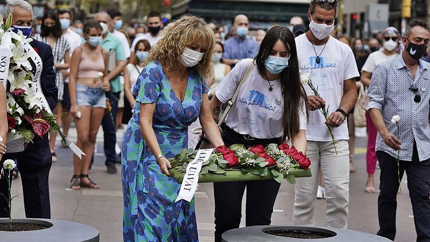Un silenci colpidor presideix el record a les víctimes del 17-A