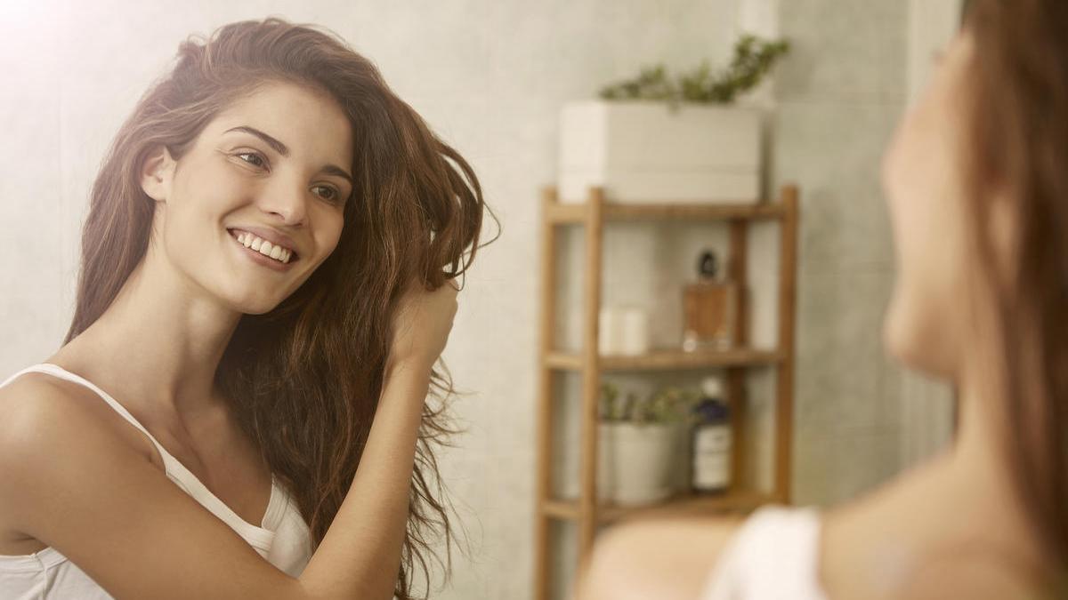 Los efectos del calor, la sal, el cloro y el salitre resecan el pelo y lo deshidratan.
