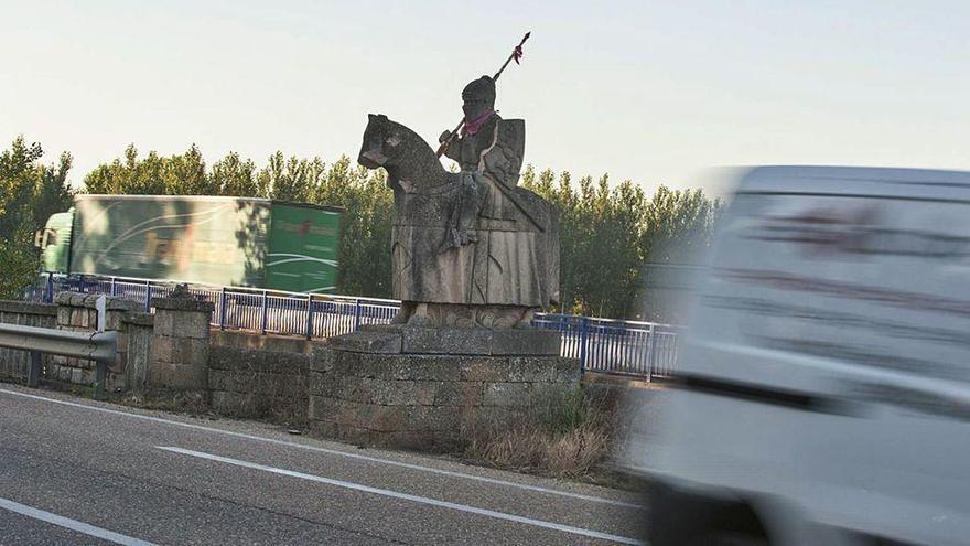 La estatua del caballero de piedra de la autovía A-6, mutilada por los vándalos