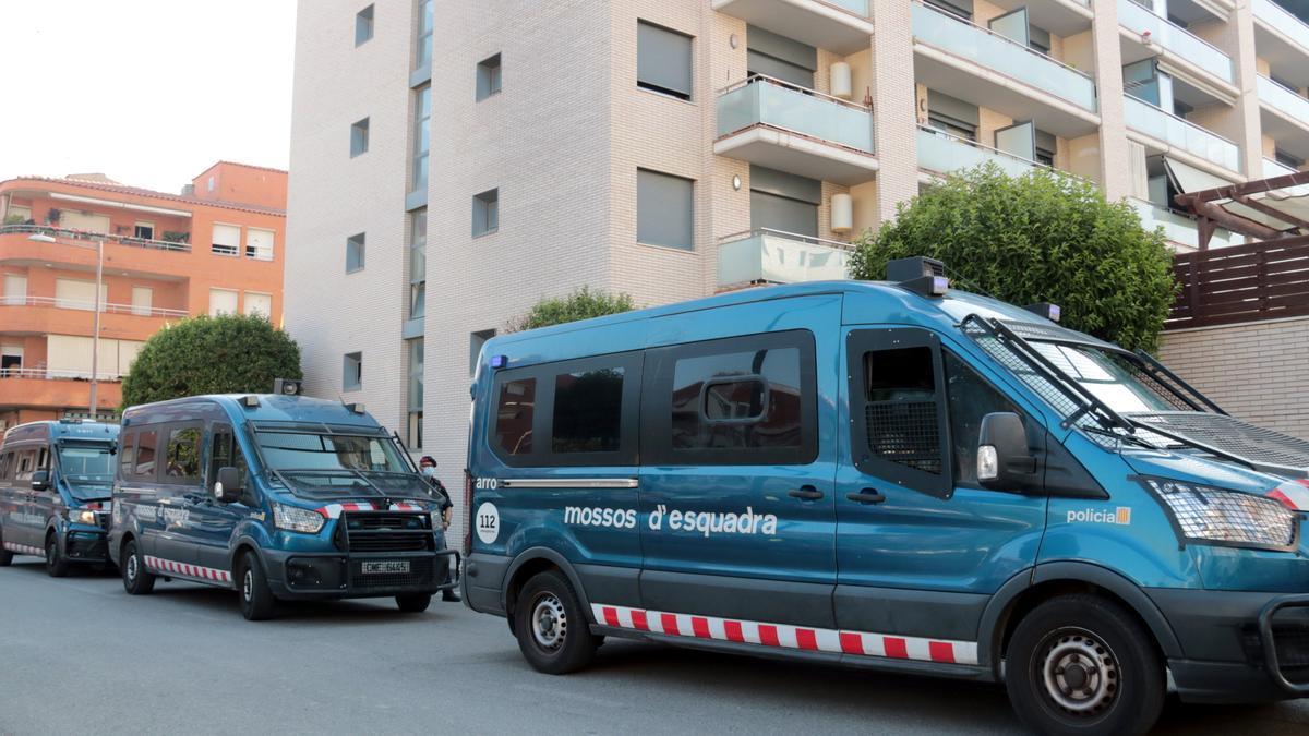 Pla obert de furgonetes dels Mossos d'Esquadra davant l'edifici desallotjat al barri de la Bordeta de Lleida. Imatge del 10 de juny de 2021. (Horitzontal)