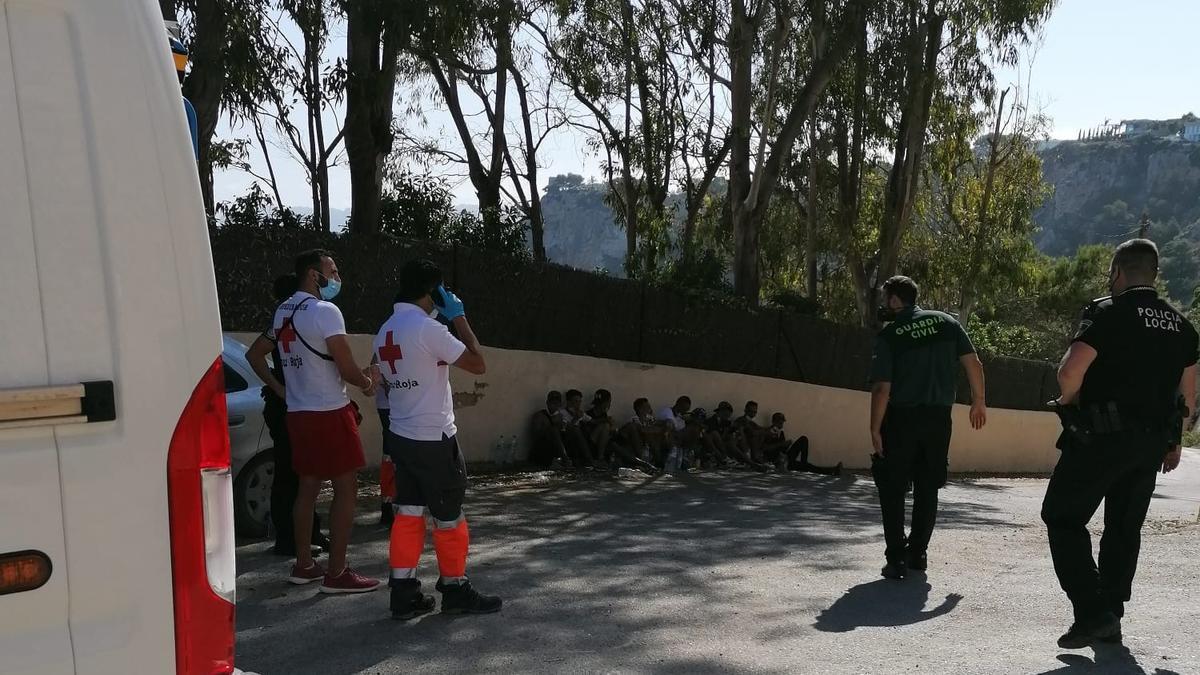Los inmigrantes que han llegado esta tarde en una patera a la cala de Ambolo