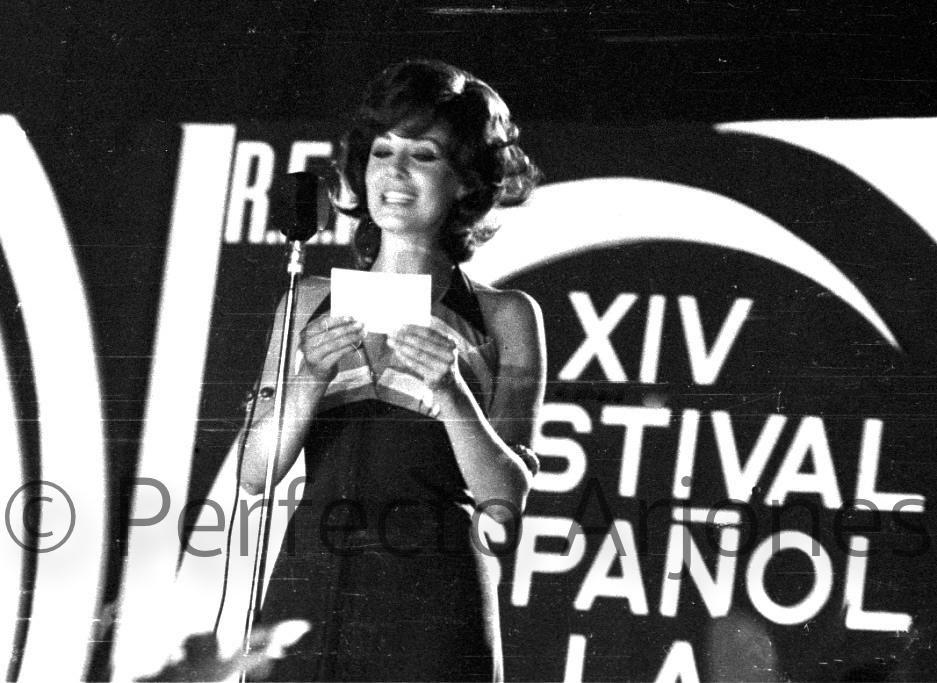 CONCHA VELASCO, PRESENTADORA DEL FESTIVAL DE BENIDORM. JULIO 1972.