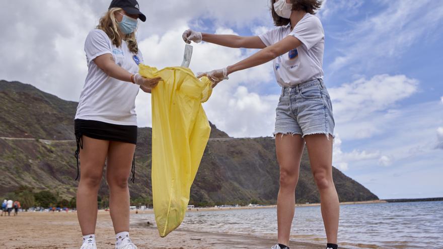 Limpieza en la playa de Las Teresitas