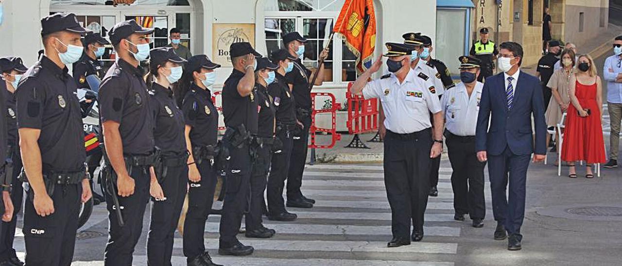 Robles pasa revista a los efectivos policiales de Ontinyent | LEVANTE-EMV
