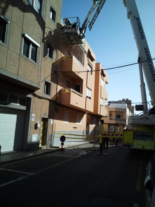 Dañado un coche por la caída de cascotes desde un edificio en Vecindario