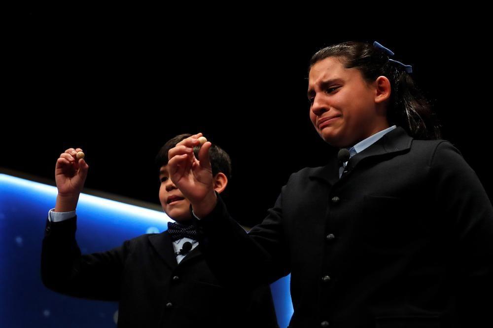 La niña Nerea Pareja que, junto a su compañero del colegio de San ildefonso Alfonso Dávalos (i), ha cantado el primero de los quintos premios del Sorteo Extraordinario de la Lotería de Navidad.