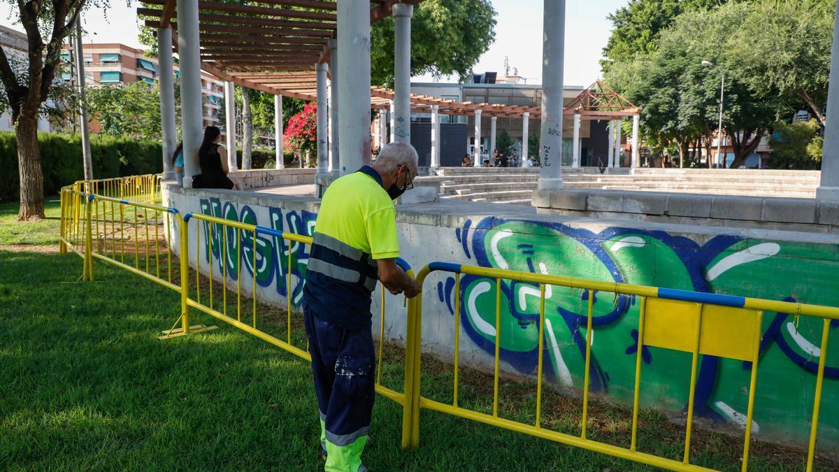 Momento en el que la brigada municipal cierra el anfiteatro del parque de las Palmeras.