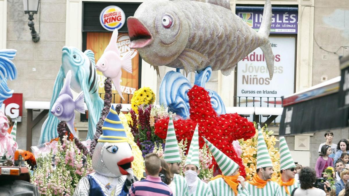 Sardina, mascota sardinera y hachoneros, en un desfile de mañana años antes de que hubiese coronavirus.