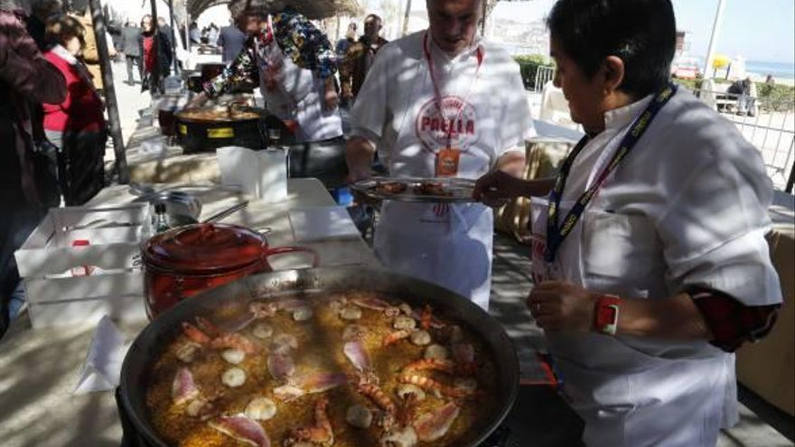 La paella marinera que inventó Gascón se consolida como reclamo de Cullera