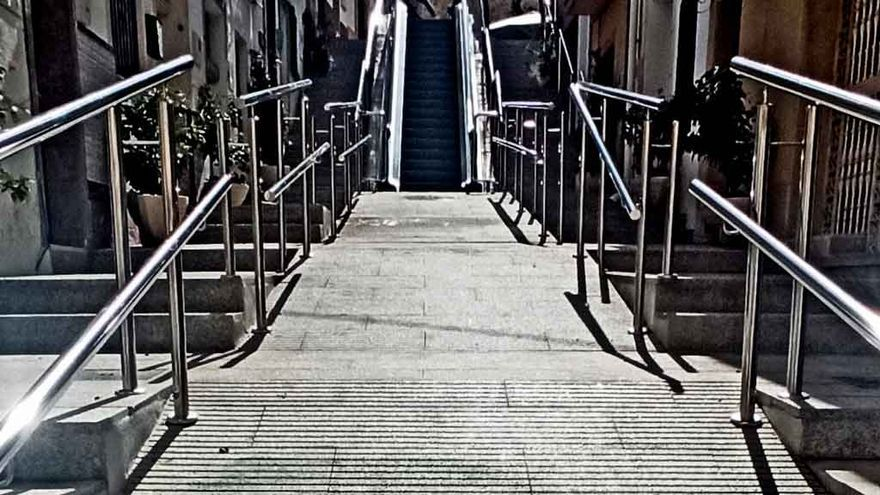 Aparecen unas pintadas contra la alcaldesa, en la calle de las escaleras mecánicas de Calp
