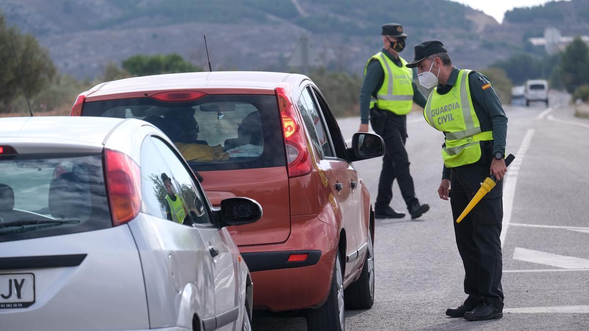 Control de la Guardia Civil en una carretera de la provincia de Alicante
