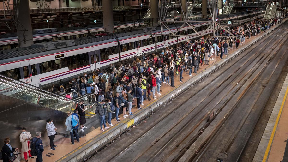 Un gran número de pasajeros espera la llegada de los trenes en Madrid