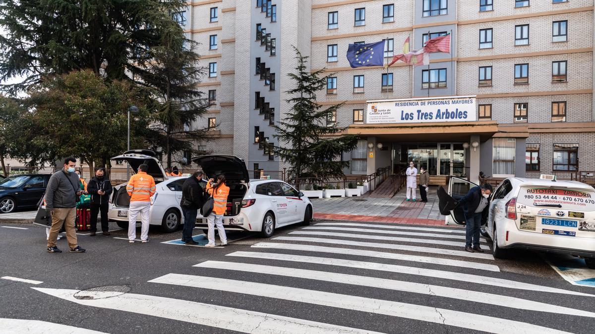 Taxis que llevan a los equipos COVID de Zamora
