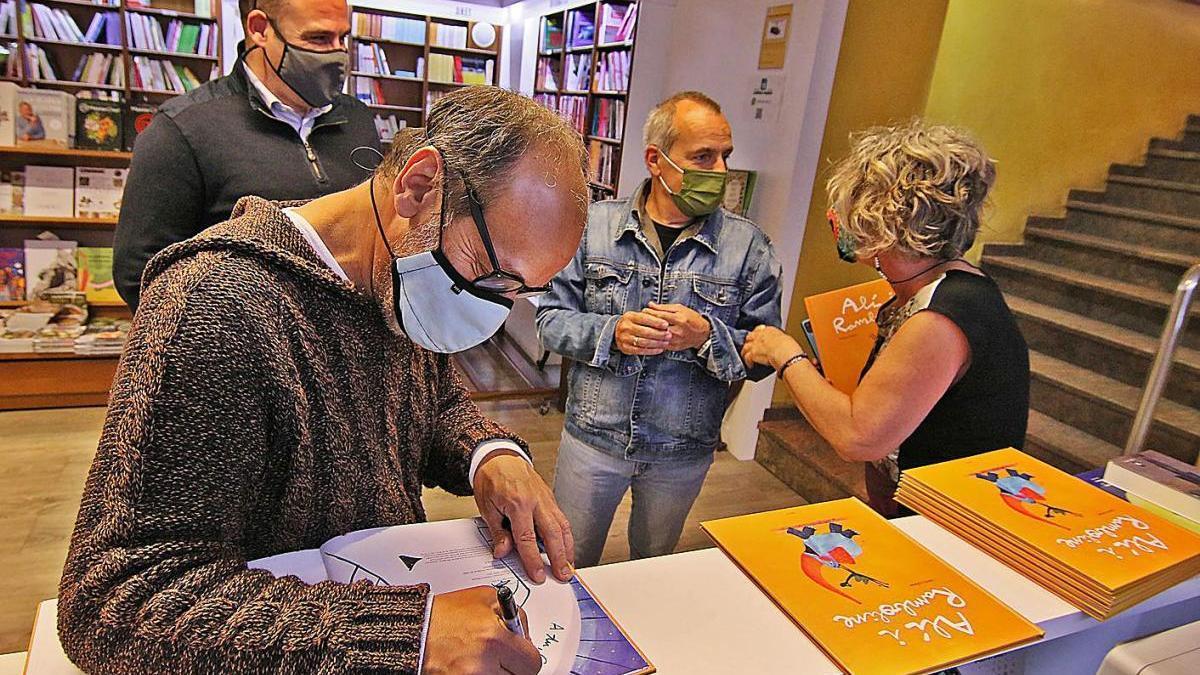 Valentí Gubianas, ahir, signant exemplars del seu últim llibre, a la llibreria Parcir