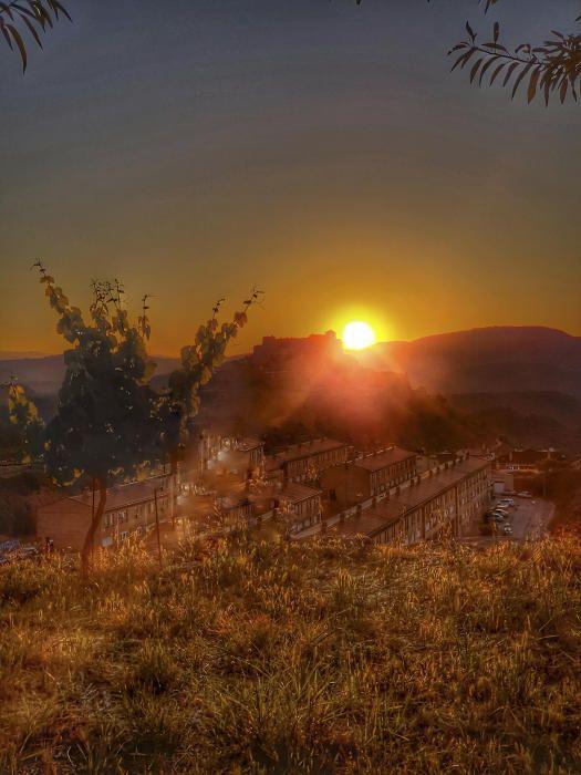 Cardona. L'albada la coneixem com el temps que transcorre des de trenc d'alba fins a la sortida del sol. Foto enregistrada a Cardona, on podem veure un paisatge molt ataronjat gràcies a l'albada.