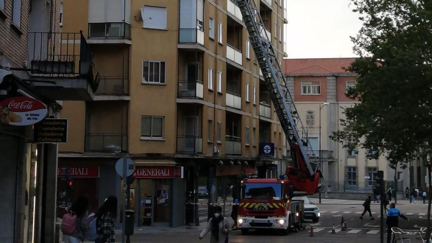 Corte del tráfico en La Amargura de Zamora capital por desprendimientos en un bloque de viviendas