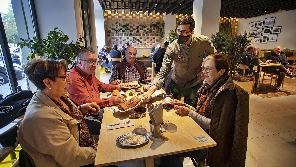 Dos matrimonios almuerzan en un bar de València, uno de los servicios que menos ha sufrido el impacto de las restricciones por la crisis sanitaria. | DANIEL TORTAJADA