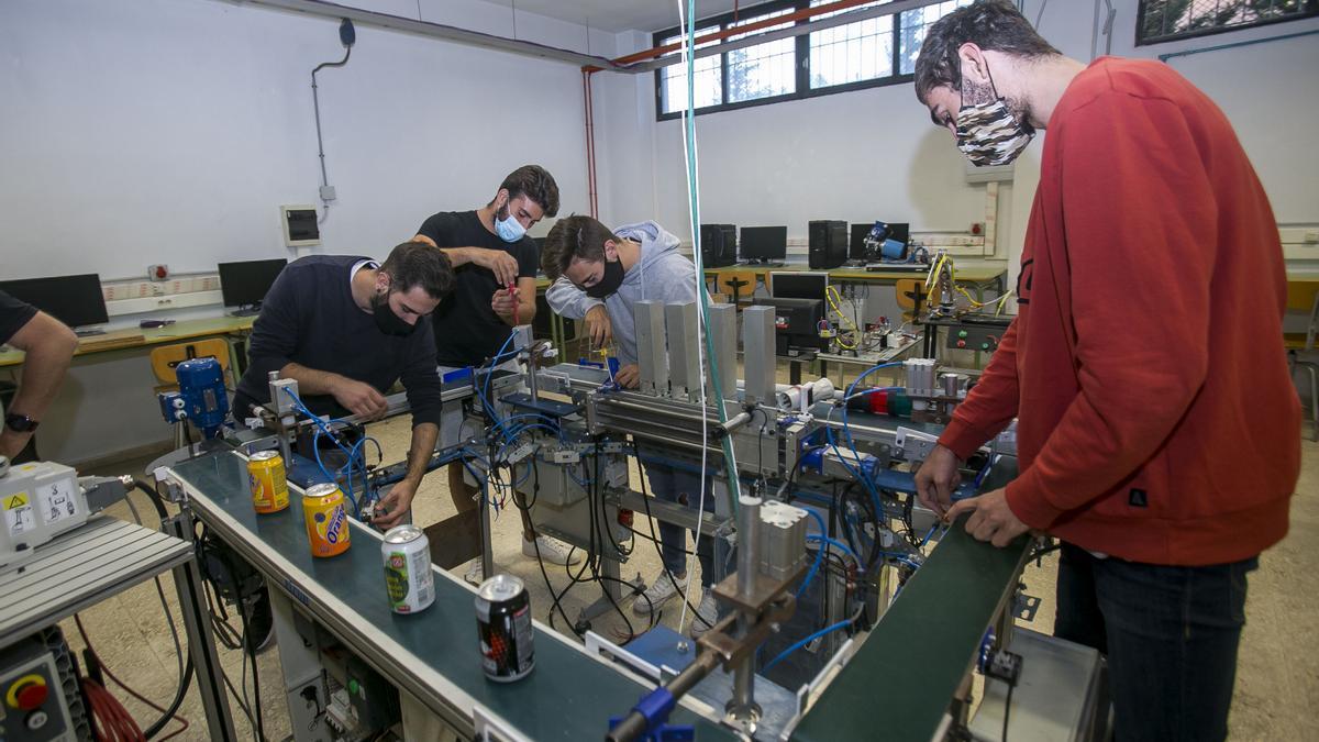 Alumnado de Formación profesional en Robótica en el Instituto Cavanilles