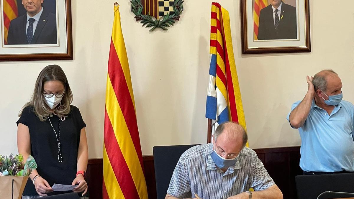 Joaquim Triadú, fill de l'escriptor Joan Triadú, signa el llibre d'honor de l'Ajuntament de Ribes de Freser en el marc de la commemoració del centenari del seu pare. 30 de juliol del 2021. Pla mig. (Horitzontal)