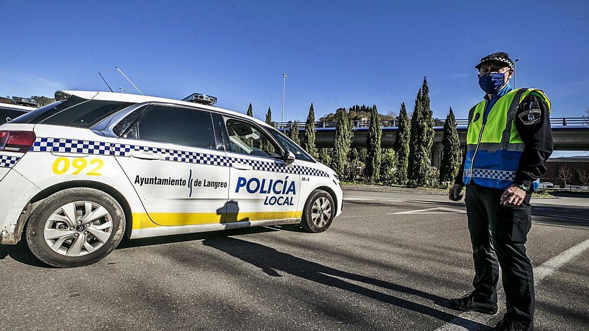 Un control de la Policía Local de Langreo. | Irma Collín