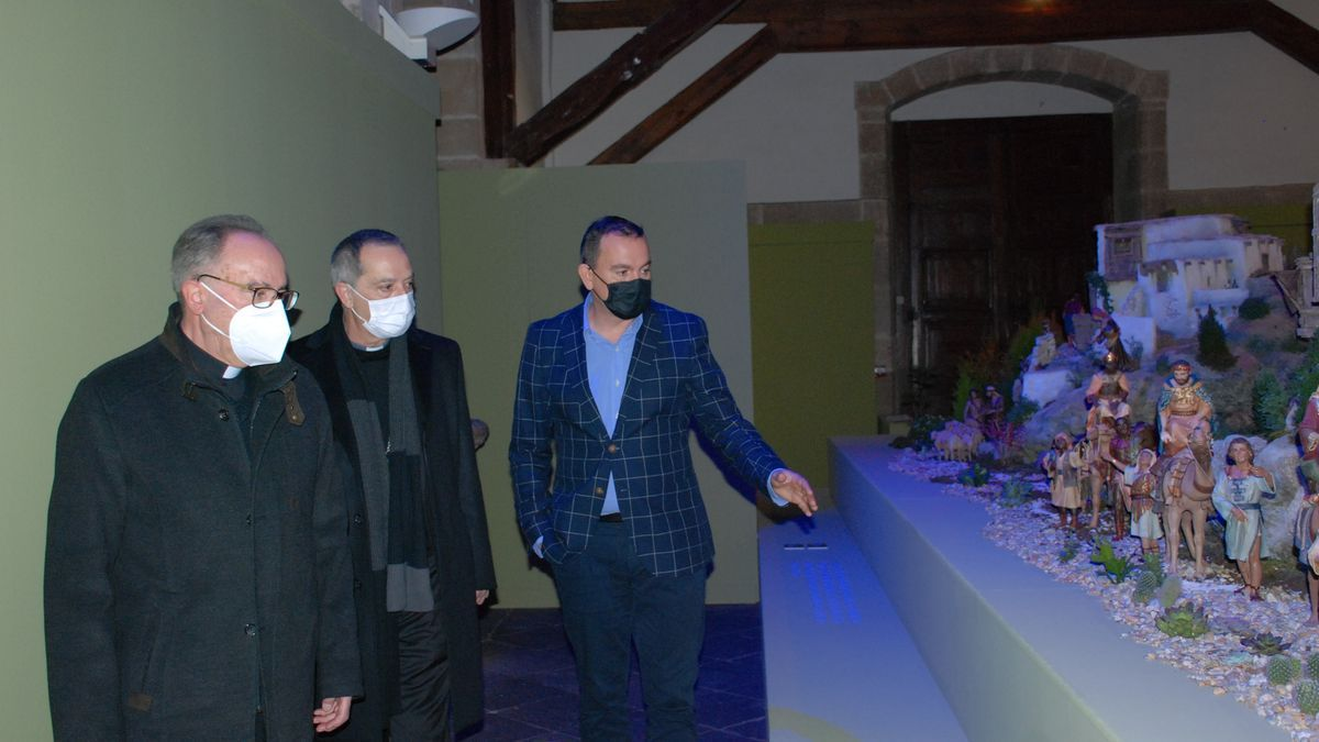 El obispo de Zamora visita el belén de la Diputación junto a Requejo.