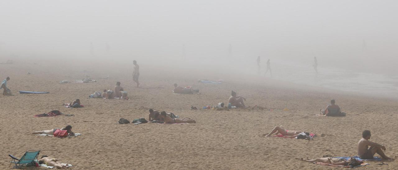 Niebla en la playa.
