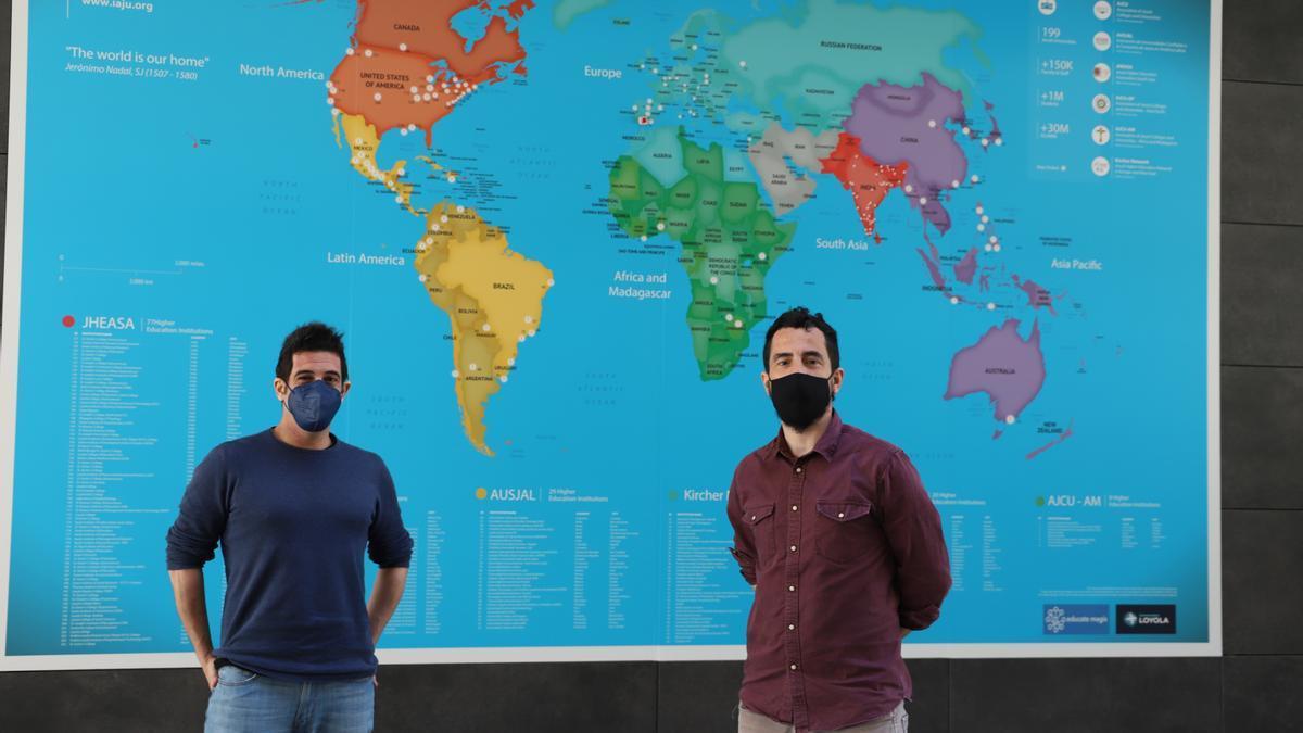 Los investigadores del grupo 'PositiCom: Comunicación Positiva y Cultura Digital' Pablo Navazo Ostúa y Salvador Reyes de Cózar