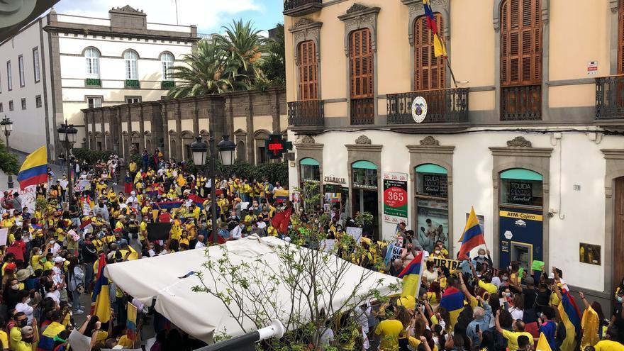 Ciudadanos colombianos se concentran ante la sede de su consulado en Las Palmas de Gran Canaria por la situación de violencia que se vive en su país (6/05/2021)