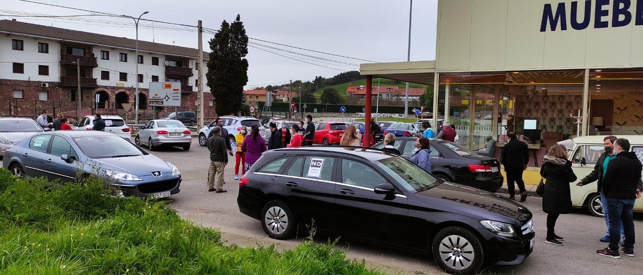 Participantes en la protesta, ayer, en Luanco.