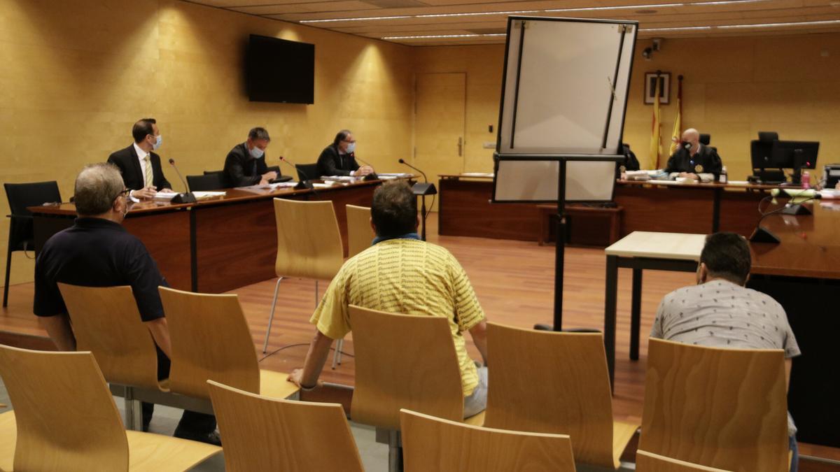 D'esquenes, els tres acusats per abusar sexualment d'un menor a Blanes