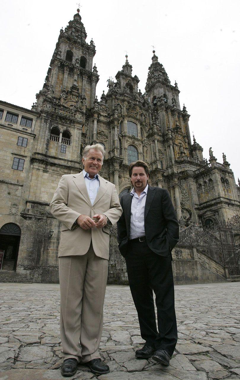 El actor estadounidense de origen gallego Martin Sheen y su hijo Emilio Estévez posan ante la Catedral de Santiago en noviembre de 2010
