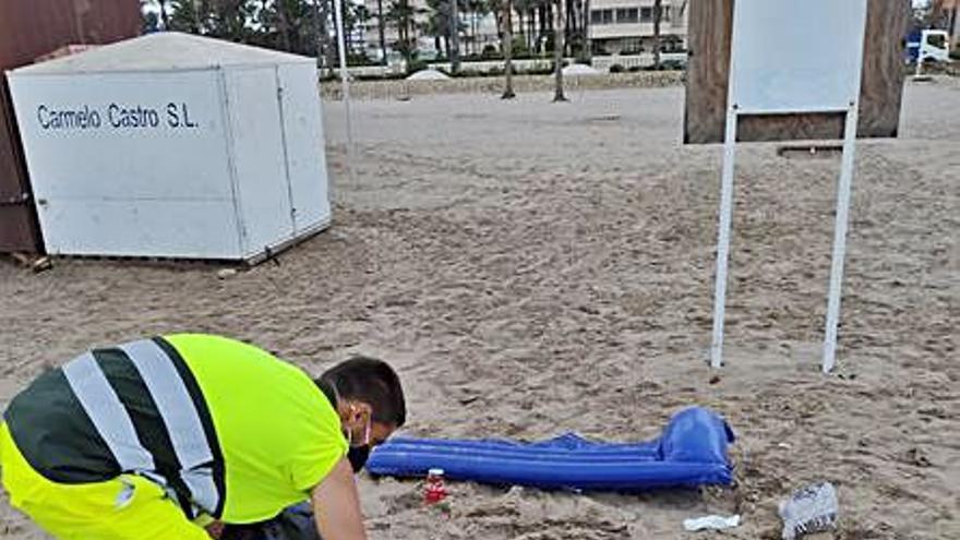 El Ayuntamiento de El Campello insta a denunciar los actos vandálicos en la playa