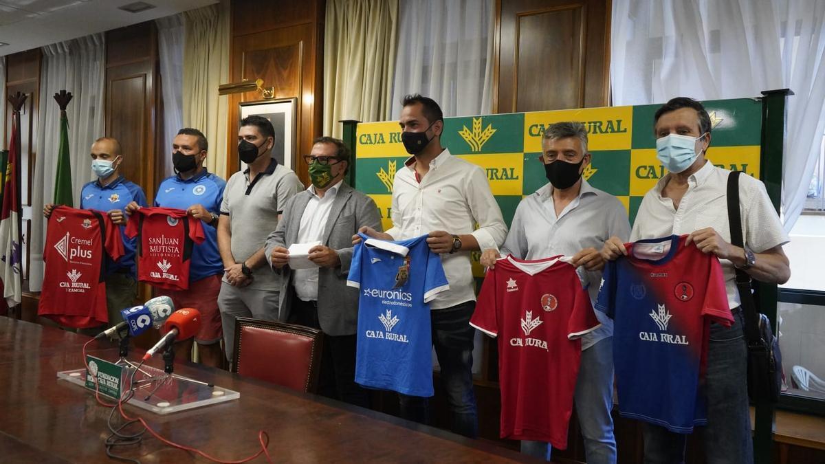 Miembros de los clubes firmantes en la rueda de prensa